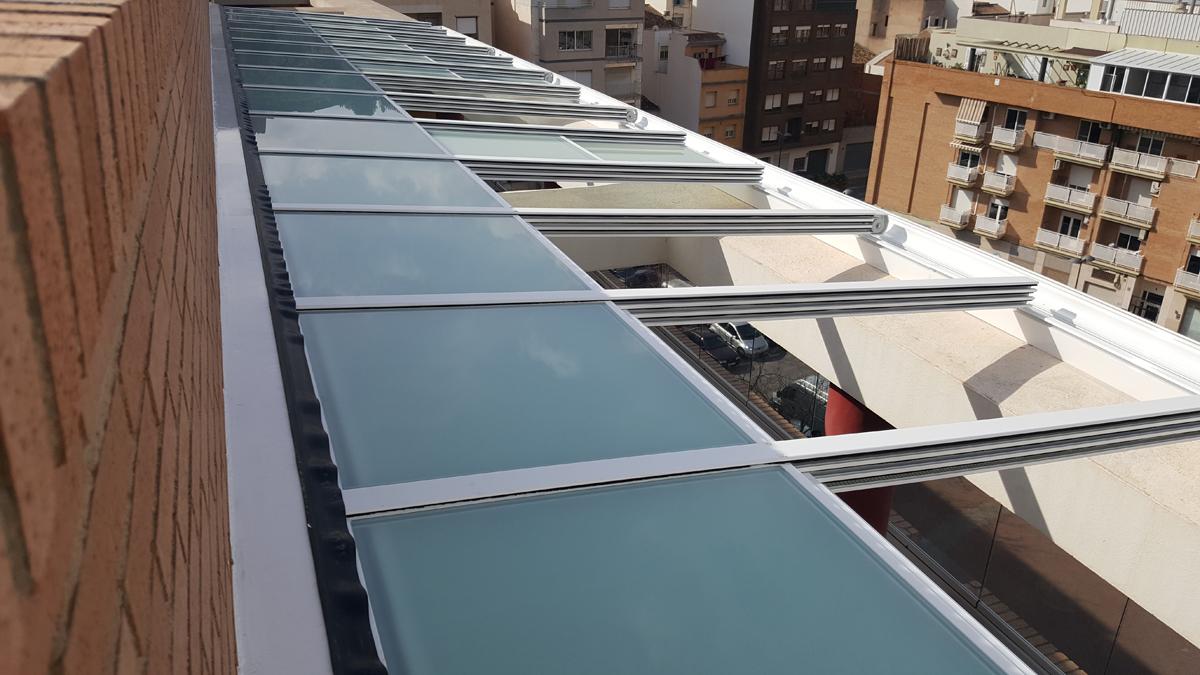 cerramiento de terraza compuesto por techo de aluminio retrctil motorizado y frontal de cortina de vidrio